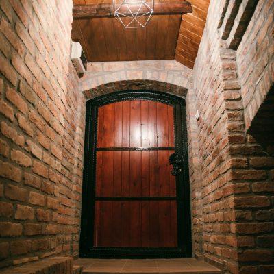 Krneta-Destilerija-podrum-vrata